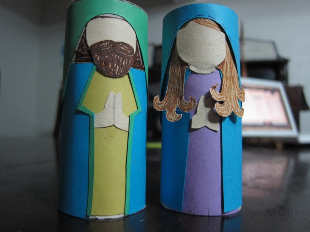 Joseph and Mary made with toilet paper rolls, paper, and glue. Unfortunately I did not have paper with an accurate skin tone color.